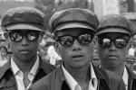 In der Nach-Mao-Zeit und infolge von Dengs Politik der Öffnung wurde Chinas Jugend rasch von Modeströmungen ergriffen. Simao, Provinz Yunnan, 1980. © Liu Heung Shing