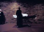Kurz nach der Exekution von James Colburn 999169 am 26. März 2003 darf ihn seine Schwester Tina erstmals seit zehn Jahren berühren. © Fabian Biasio