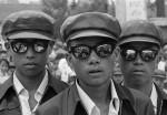 In der Nach-Mao-Zeit und infolge von Dengs Politik der Öffnung wurde Chinas Jugend rasch von Modeströmungen ergriffen. Simao, Provinz Yunnan, 1980  © Liu Heung Shing