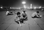 Schülerinnen der Oberstufe beim Lernen unter der hellen Beleuchtung des Tiananmen-Platzes. Elektrisch für Privathäuser gab es damals noch wenig. Peking, 1981   © Liu Heung Shing