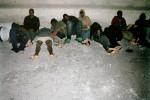 Soeben angekommene Bootsflüchlinge sind von der Guardia Civil aufgefordert worden. Gran Tarajal, Fuerteventura, Spanien (Juli 2003)   © Meinrad Schade