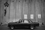 Ein palästinensischer Taxichauffeur wartet bei der Mauer in A-Ram auf Kundschaft, Westbank 2005  © Oded Balilty