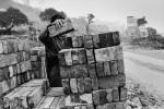 Die Ziegelsteine werden systematisch eingesammelt. Sie werden entweder verkauft oder für den Bau neuer Häuser verwendet. Chongqing, Jangtse, Februar 2006   © Pierre Montavon