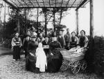 The family of Johann Rudolf Merian with nanny and servants in the garden of Villa Basilea in Yokohama, around 1891. (© Swiss National Museum, Zurich, LM-105324.17, DIG-5616)