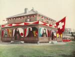 Die Villa Basilea der Familie Johann Rudolf Merian in Yokohama (Japan) am 9. Juli 1886 anlässlich der 500jährigen Gedenkfeier der Schlacht bei Sempach. (© Schweizerisches Landesmuseum Zürich, LM-105324.22, DIG-5617)